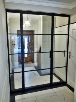 drzwi szklane z brązowymi ramami